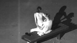Jepang wanita bermain dengan ayam hitam bomoh sedap