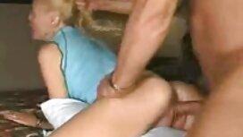 Seorang pria bersemangat urutan yang indah goreng seorang wanita pantat mak sedap cantik dalam minyak