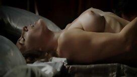 Seorang pria bangun di dalam cerita rogol sedap wanita di tempat tidur untuk menembus dia basah pantat.